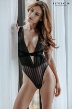 Body fendu tulle et rayures : Ce splendide body haut de gamme cache une fine (mais longue !) fente sur le sexe.
