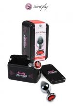 Plug aluminium S Rouge : Plug anal en métal de la marque espagnole Secret Play. D'une longueur de 7,5 cm et un diamètre de 2,5 cm sa forme est étudiée pour procurer d'intenses sensations. Il est décoré d'un strass rouge.